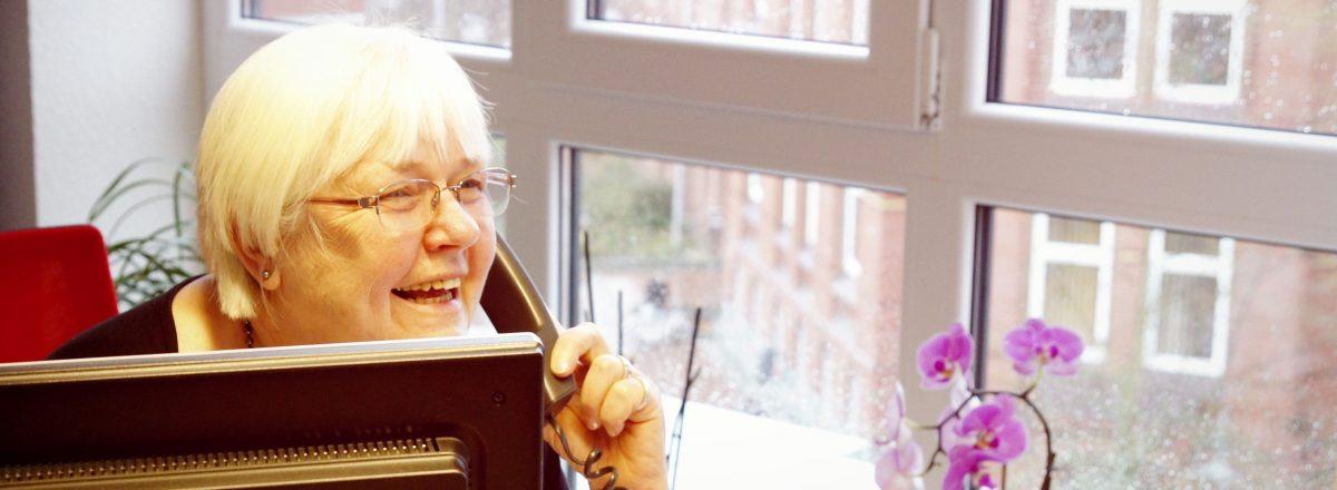 Frau Harder am Telefon
